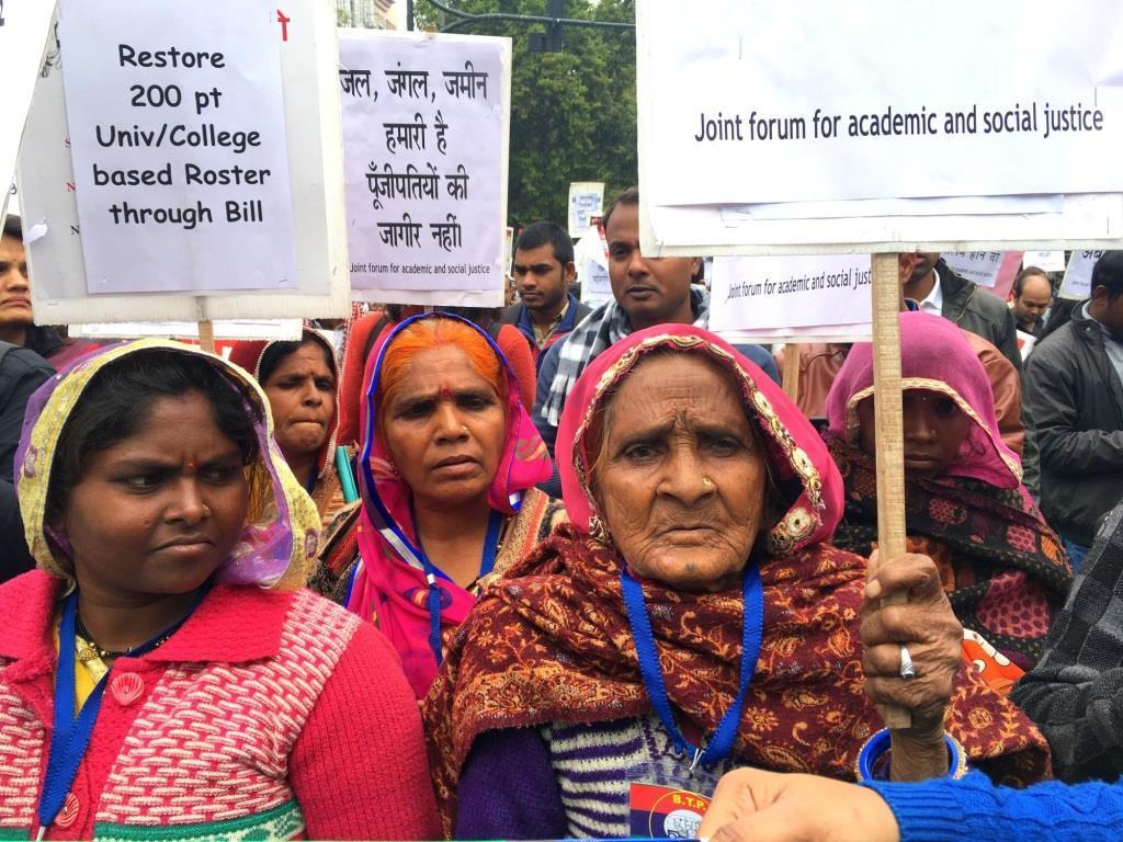 نئی دہلی میں مختلف آدیواسی تنظیموں نے مانگ اٹھائی کہ جنگل حقوق قانون-2006 کو سختی سے نافذ کیا جائے (فوٹو : سنتوشی مرکام/دی وائر)