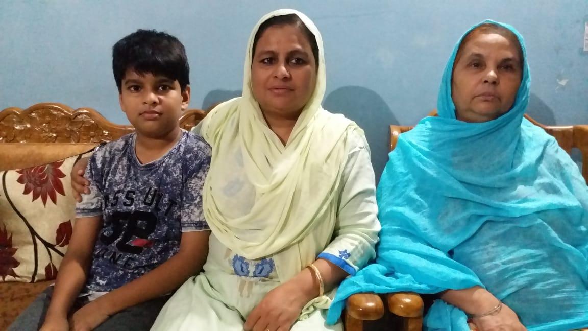 مہ جبیں اپنی والدہ اور بیٹے کے ساتھ، فوٹو:منیش شانڈلیہ/ دی وائر