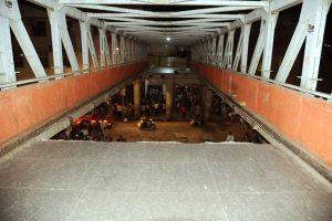 ممبئی میں چھترپتی شیواجی ٹرمنس کے پاس فوٹ اوور برج کے گرے ہوئےحصے کی تصویر (فوٹو :اے این آئی)