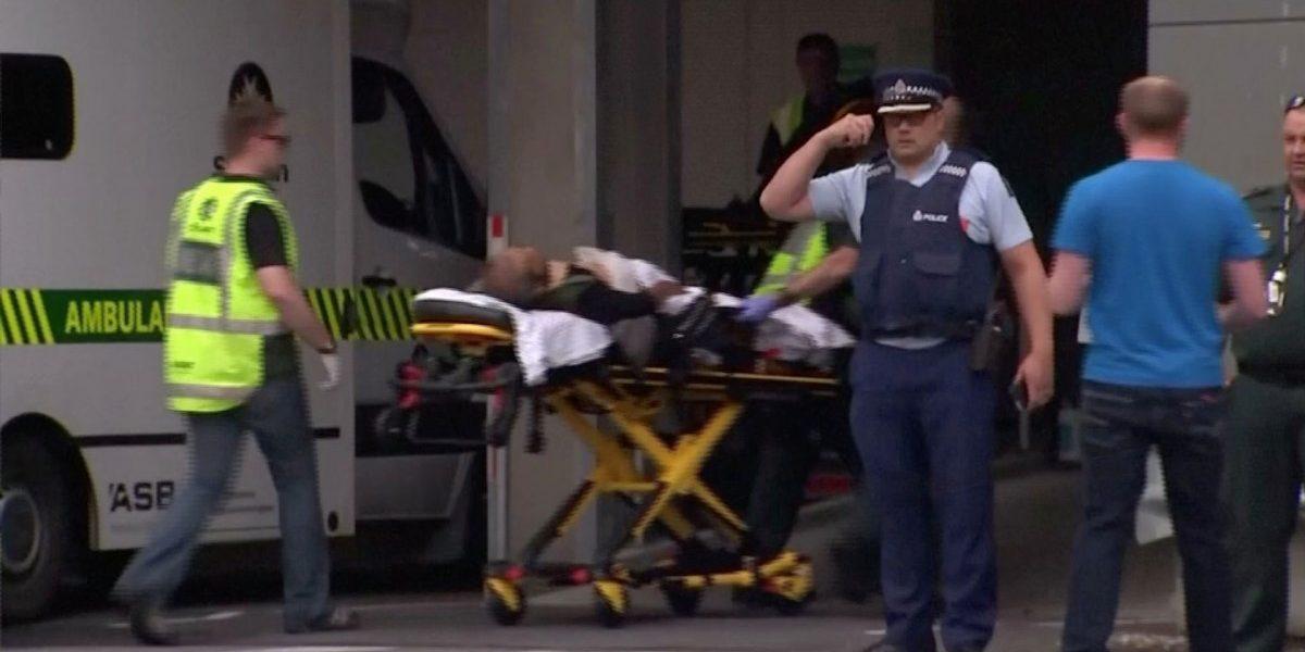 نیوزی لینڈ میں حملے کے بعد ایک زخمی کو اسپتال لے جاتے ایمرجنسی سروس کے کارکن (فوٹو: ٹی وی نیوزیلینڈ / رائٹرس ٹی وی)
