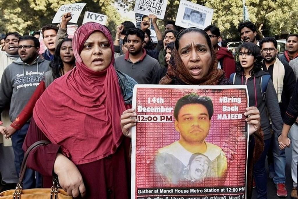 دہلی میں ایک مظاہرہ کے دوران نجیب کی ماں فاطمہ نفیس اور بہن (فائل فوٹو : پی ٹی آئی)