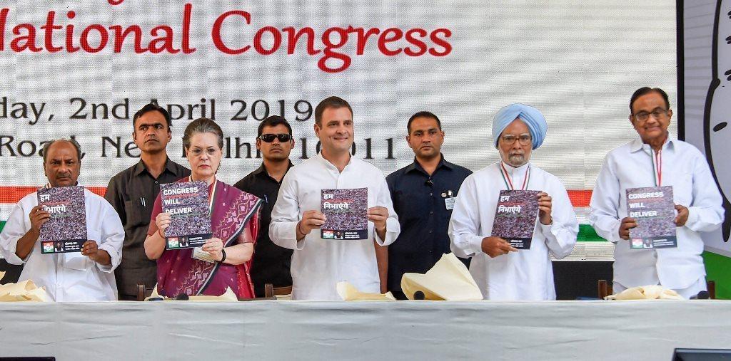 کانگریس نے منگل کو اپنا انتخابی منشور نئی دہلی واقع پارٹی صدر دفتر میں جاری کیا۔ اس دوران پارٹی صدر راہل گاندھی کے ساتھ سونیا گاندھی، منموہن سنگھ، اے کے انٹنی، پی چدمبرم وغیرہ موجود تھے۔ (فوٹو : پی ٹی آئی)
