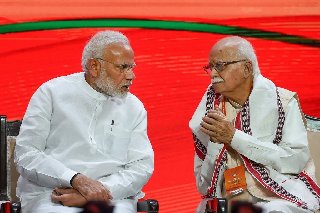 وزیر اعظم نریندر مودی کے ساتھ لال کرشن اڈوانی(فوٹو : پی ٹی آئی)