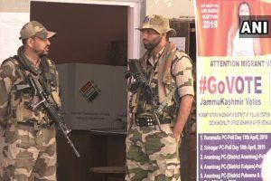 جموں و کشمیر کے ایک پولنگ بوتھ پر تعینات جوان۔ (فوٹو بہ شکریہ: اے این آئی)