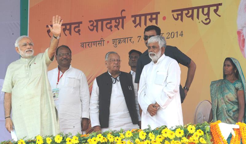 2014 میں وارانسی کے جیاپور گاؤں کو گود لینے کے دوران منعقد تقریب کے دوران وزیر اعظم نریندر مودی(فوٹو بہ شکریہ : پی آئی بی)