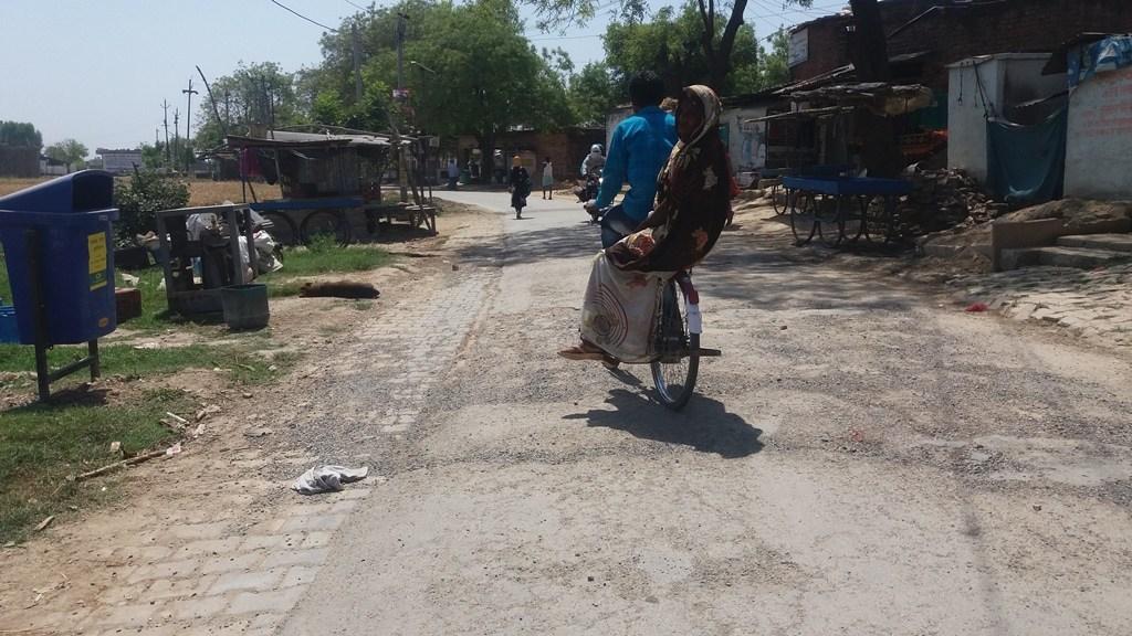 جیاپور گاؤں کی سڑکیں بےحد خستہ حال ہیں۔ (فوٹو : رضوانہ تبسم)