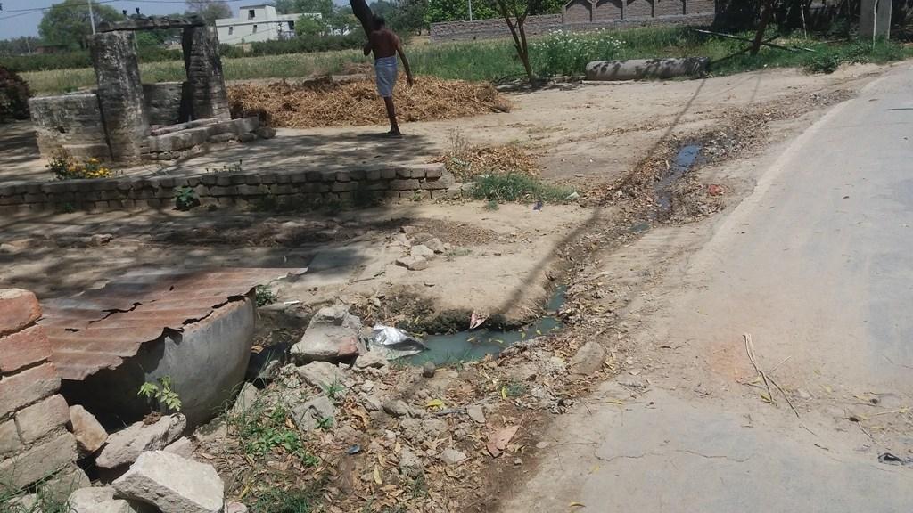 جیاپور گاؤں میں پانی نکاسی کا بھی انتظام نہیں ہے۔ (فوٹو : رضوانہ تبسم)