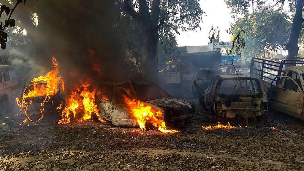 بلندشہر میں ہوئے تشدد میں بھیڑ کے ذریعے جلائی گئی گاڑی (فوٹو : پی ٹی آئی)