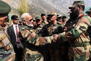 ہندوستانی فوج کے جوانوں کے ساتھ وزیر اعظم نریندر مودی(فائل فوٹو بہ شکریہ: پی آئی بی)