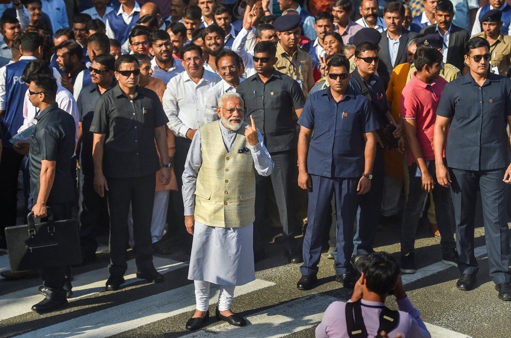 وزیر اعظم نریندر مودی نے منگل کو تیسرے مرحلے کے لئے ہوئے ووٹنگ میں احمد آباد کے ایک پولنگ بوتھ پر ووٹ ڈالا۔ (فوٹو : پی ٹی آئی)