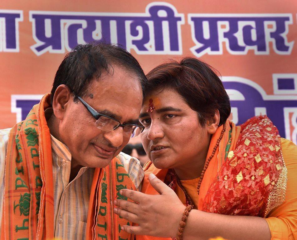 مدھیہ پردیش کے سابق وزیراعلیٰ شیوراج سنگھ چوہان کے ساتھ مالیگاؤں بم بلاسٹ کی ملزم اور بھوپال سے بی جے پی کی امیدوار پرگیہ سنگھ ٹھاکر (فوٹو : پی ٹی آئی)