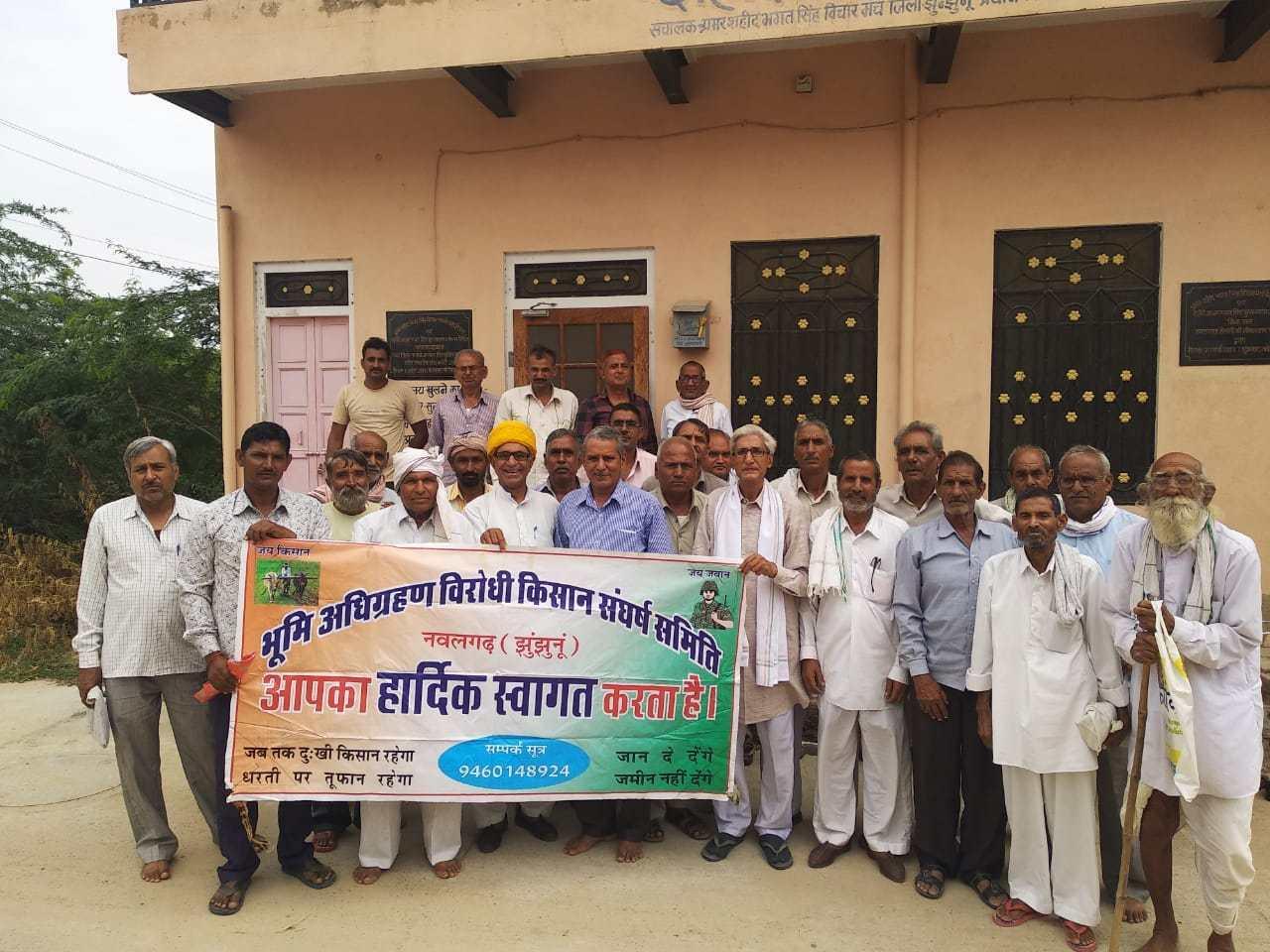 راجستھان کے جھنجھنوں ضلعے کے نول گڑھ میں سیمنٹ فیکٹری کے لئے زمین کے حصول کی مخالفت میں 18 گاؤں کے لوگ 8 سال سے زیادہ وقت سے دھرنا دے رہے ہیں۔ (فوٹو : مادھو شرما)
