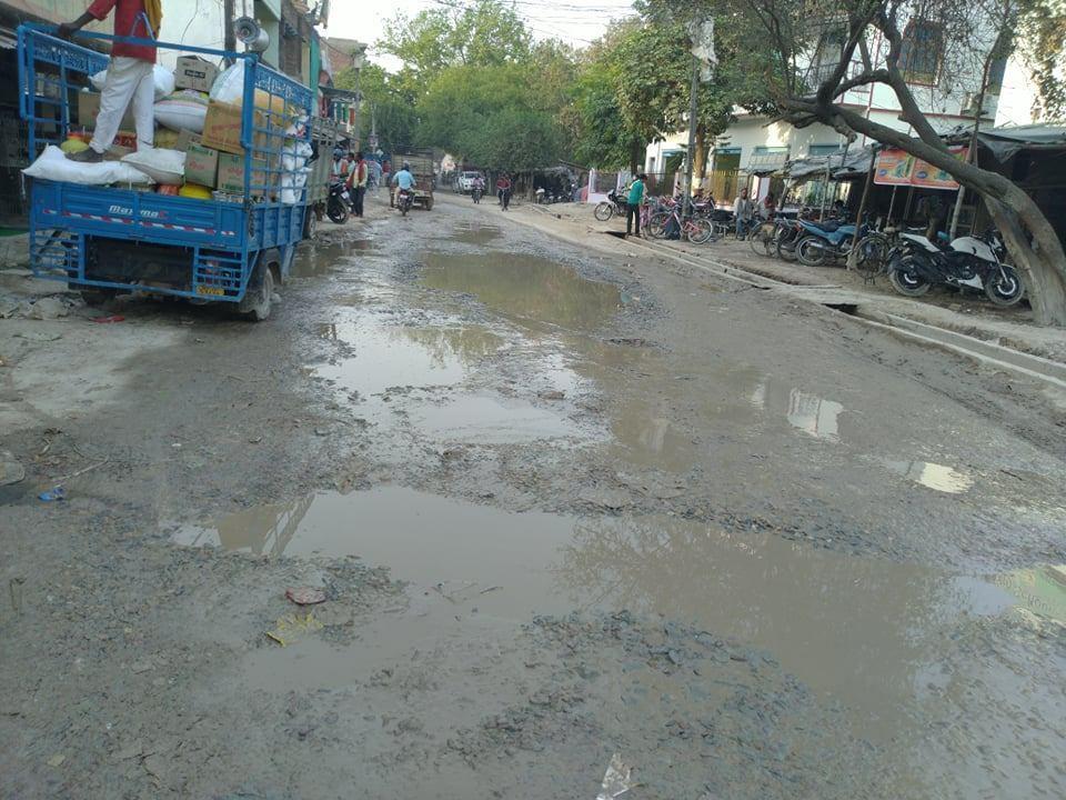 راجاتالاب کی سڑک (فوٹو : رضوانہ تبسم)