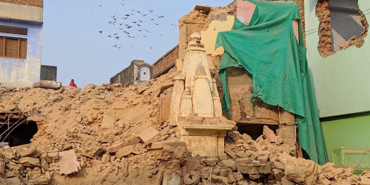 کاشی وشوناتھ مندر کاریڈور کے لئے توڑے گئے مندر اور گھر (فوٹو : کبیر اگروال / دی وائر)