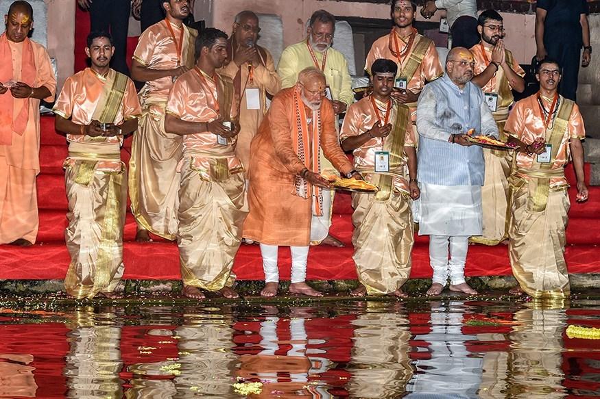 پرچہ داخل کرنے سے پہلے دشاشومیدھ گھاٹ پر گنگا آرتی کرتے وزیر اعظم نریندر مودی (فوٹو : پی ٹی آئی)
