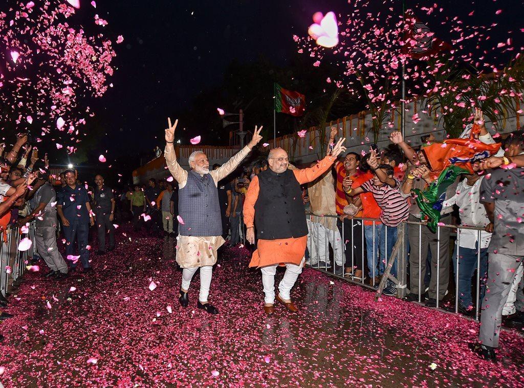 نئی دہلی واقع پارٹی صدر دفتر پر وزیر اعظم نریندر مودی اور پارٹی صدر امت شاہ (فوٹو : پی ٹی آئی)