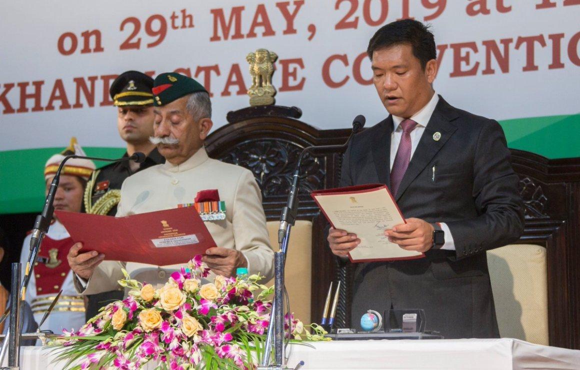اروناچل پردیش کی راجدھانی ایٹانگر میں بدھ کو پیما کھانڈو نے وزیراعلیٰ کےعہدے کا حلف لیا۔ (فوٹو بہ شکریہ: ٹوئٹر)
