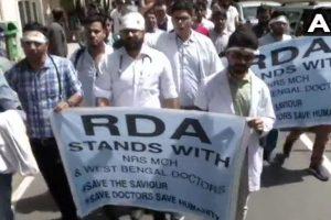 مغربی بنگال میں ڈاکٹروں پر حملے کی مخالفت میں دہلی کے ڈاکٹر احتجاج کرتے ہوئے (فوٹو: اے این آئی)