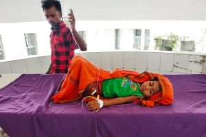 مظفرپور کے شری کرشن میڈیکل کالج اینڈ ہاسپٹل (ایس کے ایم سی ایچ)میں زیر علاج ایک بچی(تمام فوٹو : امیش کمار رائے)