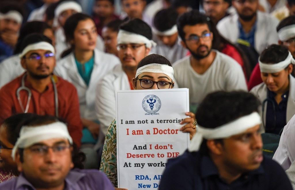 مغربی بنگال میں ہڑتال کر رہے اپنے ساتھیوں کی حمایت میں مظاہرہ کرتے ایمس ریزڈینٹ ڈاکٹرس ایسوسی ایشن کے ممبر (فوٹو : پی ٹی آئی)
