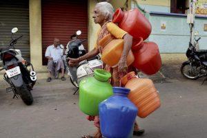 چنئی میں پانی لینے جاتی ایک بزرگ خاتون (فائل فوٹو : پی ٹی آئی)