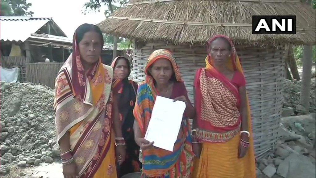 بہار کے ہری ونش پور گاؤں میں گرفتار کئے گئے لوگوں کے رشتہ دار (فوٹو بہ شکریہ: اے این آئی)