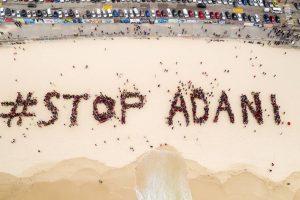 آسٹریلیا کی راجدھانی سڈنی کے بونڈی بیچ پر اڈانی کے خلاف لوگوں نے مظاہرہ کیا۔ اس مظاہرہ میں #StopAdani نام سے ہیومن چین بنائی(فوٹو بہ شکریہ : اسٹاپ اڈانی کیمپین)