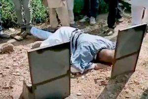 دہشت کے الزام سے بری ہونے کے 23 سال بعد سرینگر میں اپنے والد کی قبر پر محمد علی بھٹ (فوٹو بشکریہ : ویڈیو گریب)