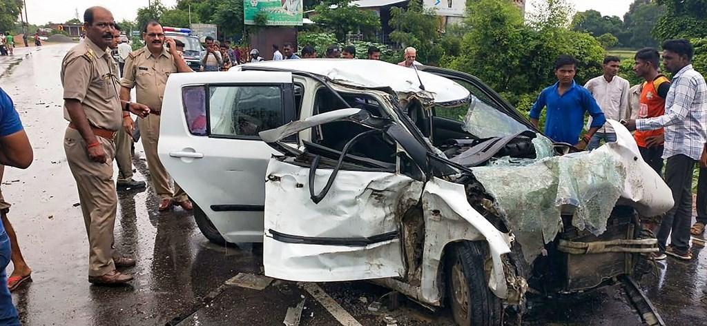 رائے بریلی میں ٹرک کی ٹکر کے بعد کار (فوٹو : پی ٹی آئی)