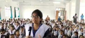 بارہ بنکی میں پولیس افسر سے سوال پوچھنے والی طالبہ