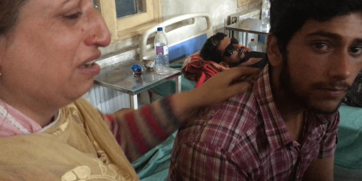 سرینگر کے ناتیپورہ میں 15 سال کے ندیم کو ٹیوشن جانے کے دوران آنکھ میں پیلیٹ گن سے چوٹ لگی۔ ان کا کہنا ہے کہ وہ اب دائیں آنکھ سے نہیں دیکھ پا رہے ہیں۔ اپنی ماں کے ساتھ ندیم۔ (فوٹو: سدھارتھ وردراجن/دی وائر)