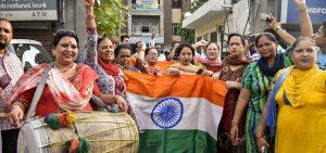 دفعہ 370 ختم ہونے کے بعد امرتسر میں جشن مناتے بی جے پی کارکن (فوٹو : پی ٹی آئی)