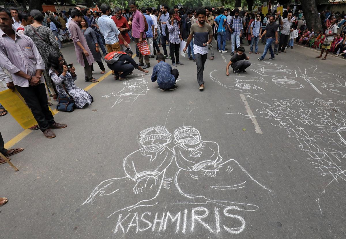نئی دہلی میں آرٹیکل 370 ہٹانے کے خلاف مظاہرہ۔ (فوٹو : رائٹرس)