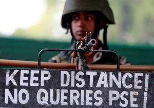 سرینگر میں تعینات سکیورٹی اہلکار (فوٹو : رائٹرس)