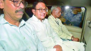 بدھ کو دیر رات سابق وزیر خزانہ پی چدمبرم کو ان کے گھر سے گرفتار کرکے لے جاتی سی بی آئی (فوٹو : پی ٹی آئی)