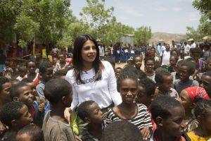 ایتھوپیا کے پناہ گزیں خیمہ میں یونیسیف حمایت یافتہ اسکولوں کے دورے پر خیرسگالی سفیر پرینکا چوپڑہ (فوٹو : ٹوئٹر)