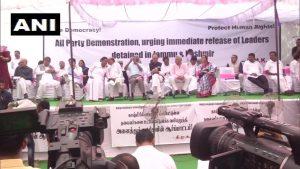 ڈی ایم کے کی قیادت میں جموں و کشمیر کے رہنماؤں کی گرفتاری کی مخالفت میں جنتر منتر پر مظاہرہ کرتی حزب مخالف پارٹیاں (فوٹو : اے این آئی)