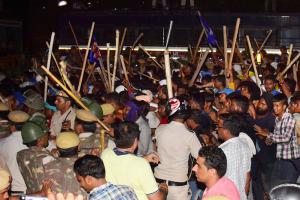 دہلی میں روی داس مندر گرائے جانے کی مخالفت میں مظاہرین پر لاٹھی چارج کرتے پولیس اہلکار (فوٹو: پی ٹی آئی)