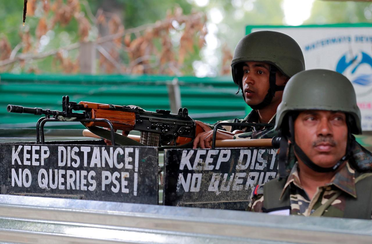 سرینگر میں سکیورٹی اہلکار(فوٹو : رائٹرس)