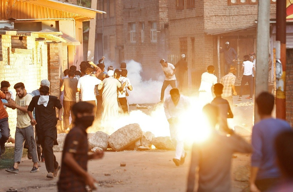 ایک مظاہرہ کے دوران آنسو گیس کے گولے پھینکے جانے کے بعد بھاگتے مقامی۔ (فوٹو : رائٹرس)