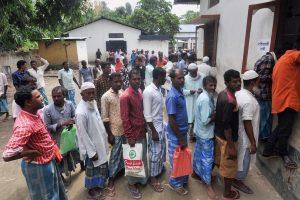 آسام کے موری گاؤں میں این آر سی کی حتمی فہرست میں اپنا نام دیکھنے کے لئے آئے مقامی لوگ(فوٹو : پی ٹی آئی)