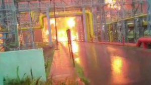 مہاراشٹر کے نوی ممبئی میں او این جی سی کے گیس پلانٹ میں لگی آگ کی تصویریں (فوٹو: اے این آئی)