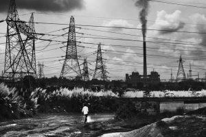 جھارکھنڈ کے رگھوناتھ پور میں ایک اسٹیل فیکٹری سے نکلتا دھنواں (فوٹو : دی وائر)