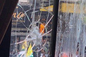 مظاہرین کے حملے میں لندن واقع ہندوستانی ہائی کمیشن کی ٹوٹی کھڑکی(فوٹو : ٹوئٹر)