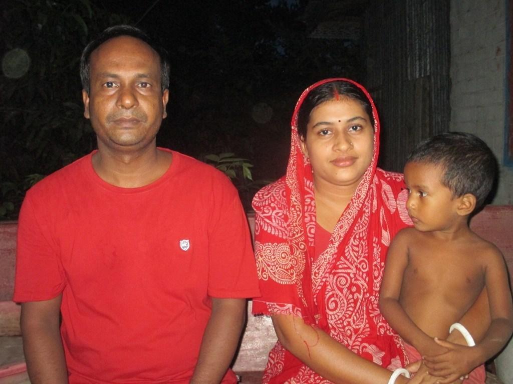 بنگلہ دیش کے بارسال ڈویزن تحت دشمنا ضلع میں اتم چکرورتی اپنی بیوی کے ساتھ(فوٹو : ابھیشیک رنجن سنگھ)