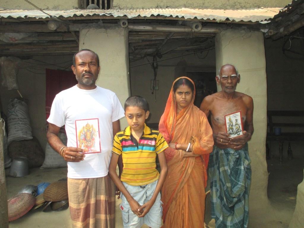 نو گاؤں ضلع میں کالیکانت منڈل اپنی فیملی کے ساتھ(فوٹو : ابھیشیک رنجن سنگھ)