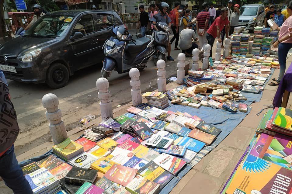 دریاگنج میں لگنے والا سنڈے بُک مارکیٹ(فائل فوٹو بہ شکریہ: فیس بک / اکشے ہندوستانی)