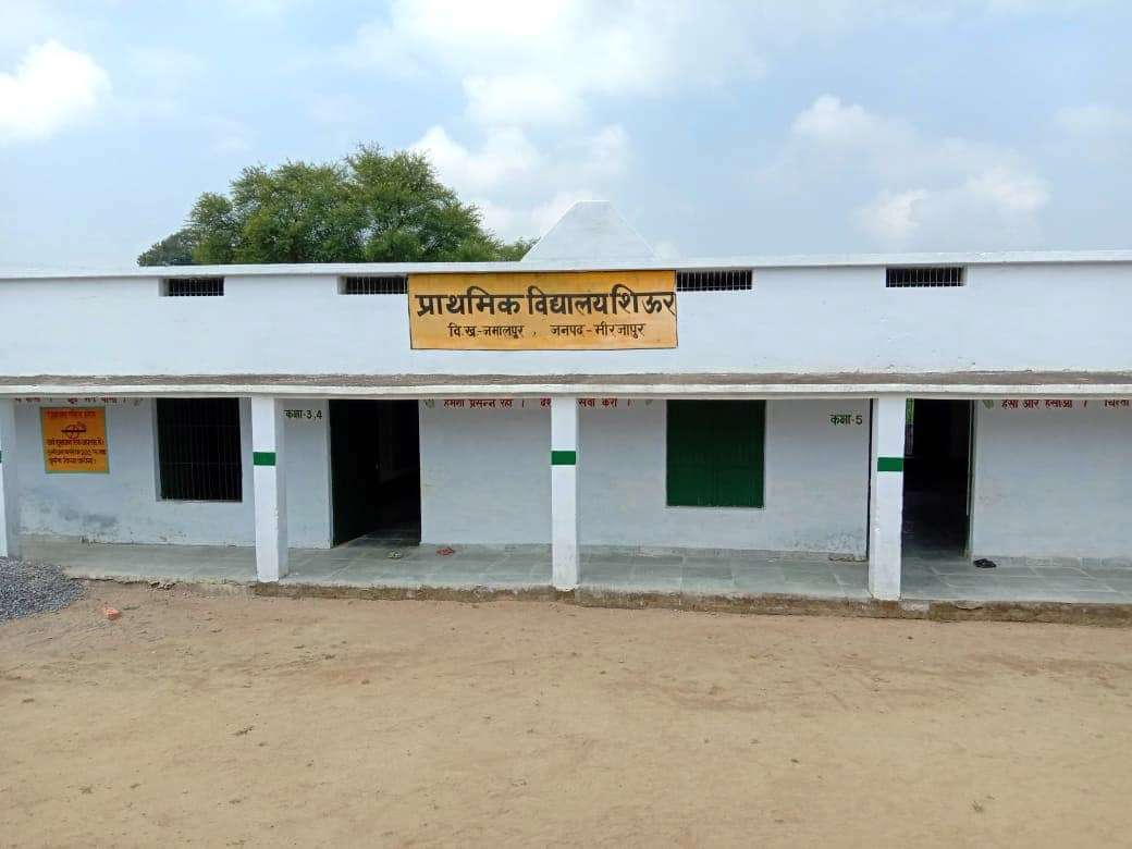 مرزاپور ضلع کا وہ اسکول، جہاں مڈ-ڈے میل میں بچوں کو نمک-روٹی کھلانے کا معاملہ سامنے آیا۔ (فوٹو بشکریہ : پون جیسوال)