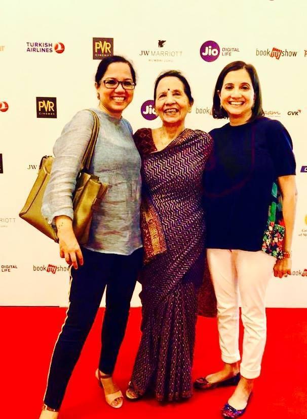 تنوجہ چندرا اپنی ماں کامنا چندرا اور بہن انوپما چوپڑا کے ساتھ۔ (فوٹوبہ شکریہ : فیس بک)