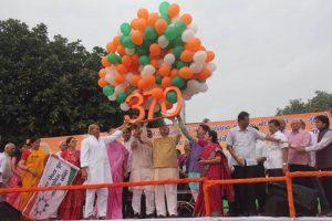 بھارت ایکتا ریلی کے دوران گجرات کے وزیراعلیٰ وجئے روپانی (فوٹو : فیس بک)